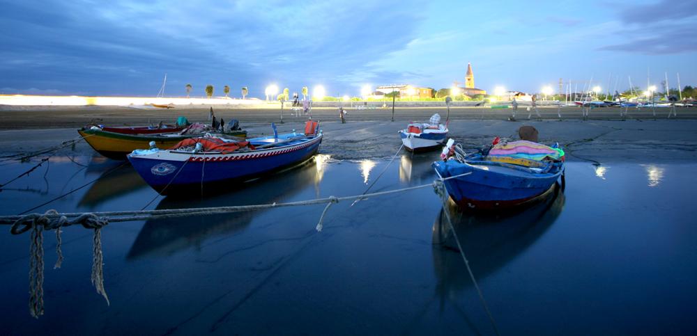 Vertäute Fischerboote im ersten Morgenlicht