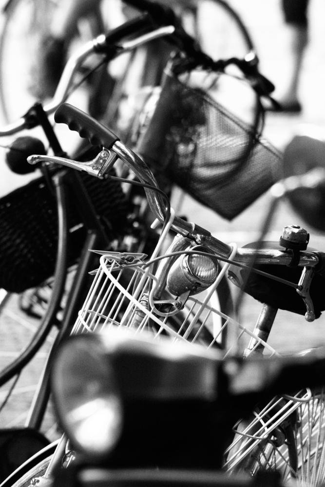 Nahaufnehme mehrerer Fahrradlenker