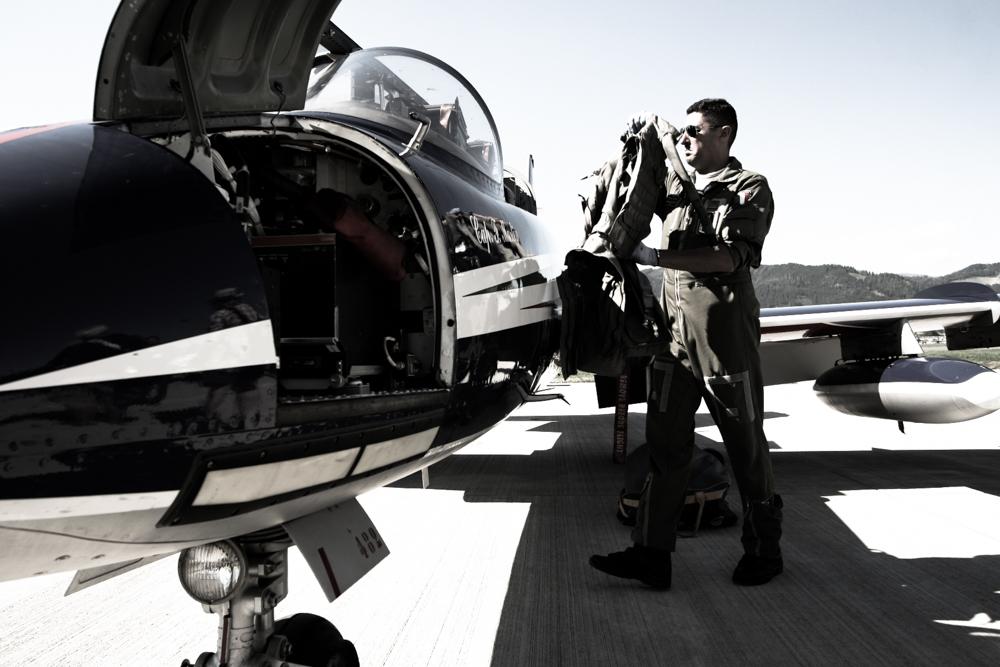Techniker der Frecce Tricolori beim beladen seines Jets