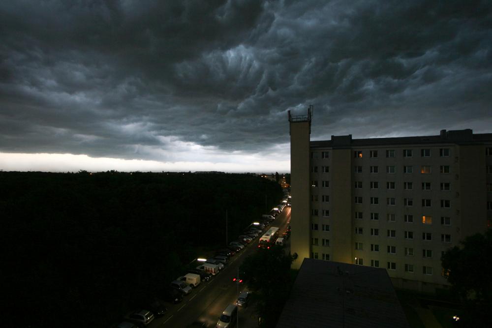 Dunkle Wolken über Wohnhaus
