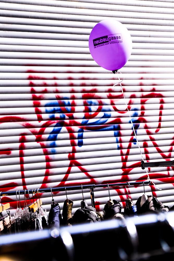 Lufballon vor Rollbalken und Kleiderständer