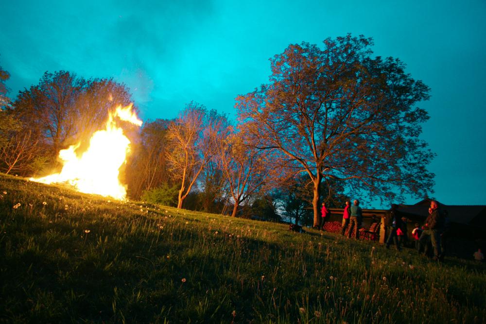 Kärntner Osterfeuer mit türkisem Himmel