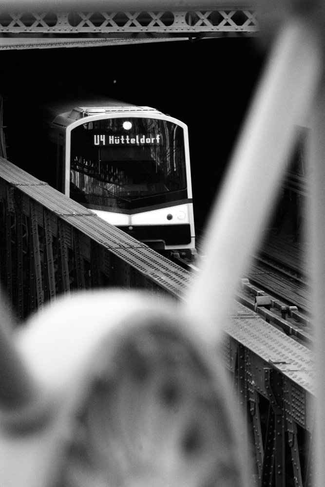 U4-Garnitur verlässt den Tunnel