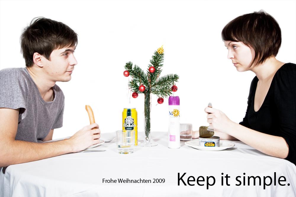 Spärlich gedeckter Esstisch zu Weihnachten